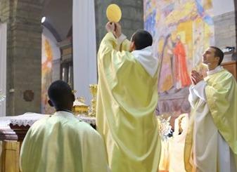 Depuis le 6 octobre, la paroisse de Solliès-Pont et Solliès-Toucas organise chaque semaine une soirée spéciale pour suivre la formation en ligne gratuite Le MOOC de la messe, réalisée par Mame, Magnificat et Famille chrétienne. En s'appuyant sur les diffé
